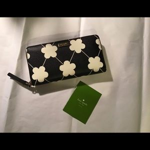 Kate Spade B&W daisy wallet, zip around, 8x4, GUC